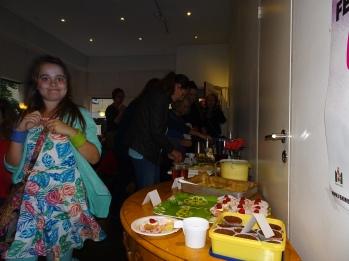 Stor kakbuffé lockade både stora och små - speciellt dottern som varit med och bakat en del av kakorna.